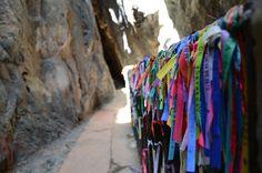 Fitas de oração e agradecimento ao longo da subida do Morro da Lapa - Santuário de Bom Jesus da Lapa/BA
