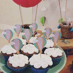 Fofurices!! Cupcakes de nuvens com topper de balão!!!! #festabalao #festaballoon #balaoparty #docesbalao #docesrj #docesdelicadezas #confeitariaartesanal #docesbarradatijuca #festasrj #cupcakeballoon #cupcakebalao