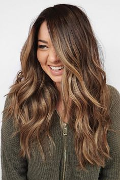 15 Stunning Examples of Melted Caramel Hair To Bring to Your Colorist This Fall 15 superbes exemples de poils fondus Caramel Balayage Bob, Brown Hair Balayage, Balayage Color, Caramel Hair, Caramel Highlights, Caramel Brown, Brunette Hair Chocolate Caramel Balayage, Caramel Colored Hair, Subtle Balayage