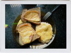Café da manhã: pão integral com presunto e queijo prato, tostados no forninho! Ovo frito na bargarina, com salsinha e queijo prato.... hummmm... calorias e proteínas