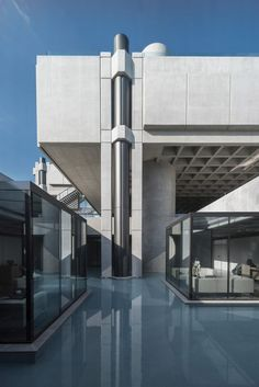 Brutalist office in Greece revived by Georges Batzios Architects. Concrete Structure, Building Structure, Building Exterior, Old Building, Amazing Architecture, Modern Architecture, Brutalist Buildings, Modern House Plans, Mid Century House