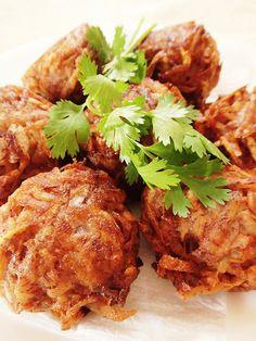 Gato Arouille/Taro Fritters – Heaven on a Spoon Taro Recipes, Beef Recipes, Cooking Recipes, Mauritian Food, Indian Food Recipes, Ethnic Recipes, Chinese Recipes, Mediterranean Diet Recipes, Caribbean Recipes
