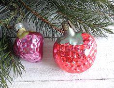 Set of 2 Glass ornaments Strawberry 11.50$    #Gardendecorglass  #Gardendecor  #glassornaments #ornamentsStrawberry  #fruitdecorparty  #decorpartyxmas  #xmasgiftideas  #giftideassister  #coupleornament  #ornamentxmasfruit #xmastabledecor  #decorbauble  #baubleornament