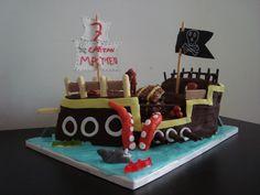 Galeone dei pirati. Torta moretta farcita con crema al cioccolato bianco e gocce di cioccolato. Torta biondina e copertura in ganache al cioccolato fondente decorazioni in pasta di zucchero