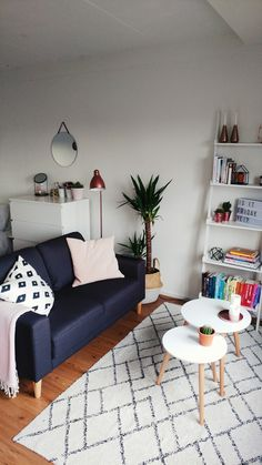 Student living room #interior #inspiration #roomspiration #scandinavian #studentroom #room #livingroom #couch #sidetable #plants #clean #dorm