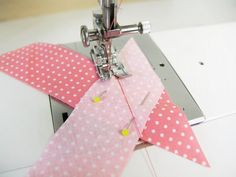 Unir tiras al bies | Betsy Costura Sewing Hacks, Sewing Tutorials, Sewing Crafts, Sewing Projects, Sewing Patterns, Techniques Couture, Sewing Techniques, Dress Making Patterns, Pattern Making