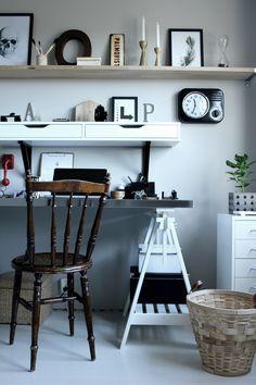 renoverat arbetsrum, bilder före och efter renovering, arbetsrum i grått och vitt, vit parkett, tarkett, epoque ask white pearl, ikea, arbetsbord, skrivbord ikea, print svart och vit, fjäder print, skrivbordslampa silver, rostfri bordsskiva på vita bockar, rostfritt, prints, stämplar, röd gammal telefon, inspiration arbetsrum, inredning arbetsrum, bokstäver på väggen, gamla skyltar, gamla svarta stämplar, svart och vit mugg med text, skrivbordsstol, grå målad vägg i arbetsrummet, grå vägg…