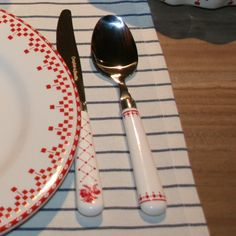 Damier rouge on pinterest white dishes magnets and milk - Table comptoir de famille ...