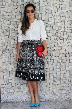 Camisa branca clássica com saia midi P&B ficou com maravilhosa usando acessórios coloridos!