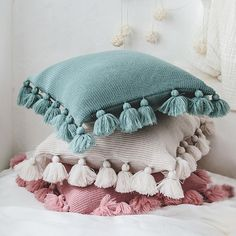 33 Lovely Cute Pillows Designs Ideas - There are many different kinds of pillows. But there is only one brand of pillows that helps a scared child to sleep. Pillow head cushions are similar. Diy Cushion Covers, Knitted Cushion Covers, Cushion Cover Designs, Knitted Cushions, Decorative Pillow Covers, Cushions On Bed, Decorative Cushions, Cute Pillows, Diy Pillows