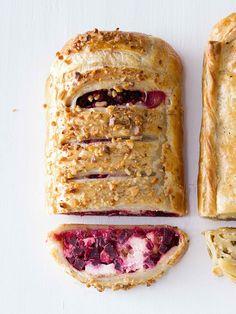 """Řepa, kozí sýr a vlašské prostě patří k sobě! Možná tahle kombinace působí trochu """"odvážně"""", ale až ochutnáte, nebudete ani chviličku litovat, že jste se pustili do pečení... French Toast, Breakfast, Recipes, Food, Recipies, Hoods, Meals, Ripped Recipes"""