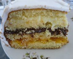 bolo de aniversario comum: bolo com recheio de doce de leite e creme de baunilha?, pedacos de pessego em calda e ameixas?, molhado em suco de laranja, coberto com suspiro clara de neve / chantilly?