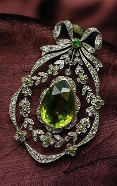 Belle Époque peridot, de cloak Ido garnet and diamond brooch / pendant, France,... #AntiqueJewelry #DiamondBrooches