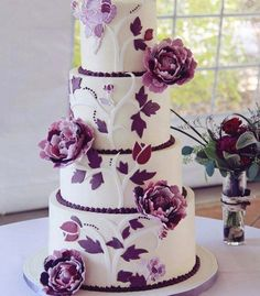 gâteau de mariage mauve et blanc à 4 étages décoré de fleurs