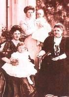 Princess Helena of Waldeck-Pyrmont, Duchess of Albany, with her daughter, daughter in law, and grandchildren.