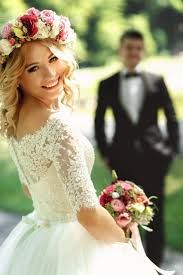 Save Money And Stress With These Wedding Tips. A wedding ceremony should be an occasion for joy for all involved. Use the tips in the article below to help you plan and pull off a great wedding that you Pre Wedding Poses, Wedding Picture Poses, Wedding Couple Poses Photography, Couple Photoshoot Poses, Bridal Photography, Wedding Photoshoot, Wedding Shoot, Wedding Couples, Wedding Portraits
