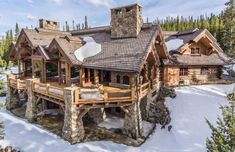 We& gathered 8 of the most stunning log cabin homes in America that boast spectacular views, exquisite floor plans and immaculate attention to detail. Chalet House, Log Cabin Homes, Luxury Log Cabins, Mountain Homes, Mountain Cabins, Dream House Exterior, House Goals, Home Fashion, 1940s Fashion