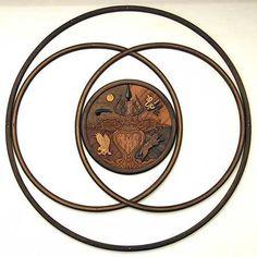 Escudo americano nativo es combinado con el símbolo antiguo pagano para la relación. Aros de madera de nogal curvada y varias maderas duras tropicales. Por Circle Tree Studio