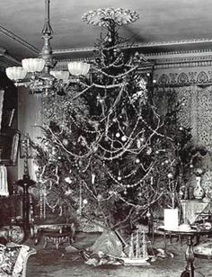 ELECTRIC CHRISTMAS LIGHTS The Earliest Light Sets. My dad's family were still using candles but my aunt told me they weren't left on all night but for a short time while they gathered together for some singing. Also, their tree went up on Christmas Eve. Vintage Christmas Photos, Victorian Christmas, Vintage Christmas Ornaments, Retro Christmas, Vintage Holiday, Christmas Pictures, Christmas Tree Decorations, Christmas Lights, Glass Ornaments