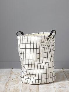 Panier cylindrique pour ranger son linge ou tout autre objet volumineux. Ses grands carreaux noirs et blancs lui procurent un style graphique chic. Dé