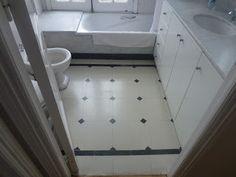 Pisos Calcáreos: Pisos de Microgranito color Blanco con Tocetos neg... Alcove, Ideas Para, Bathtub, Bathroom, Kitchen, White Granite, Painted Floors, White Flats, Standing Bath