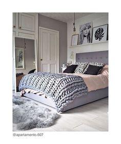{inspo} aquele dia cinza onde tudo que você quer é um quarto aconchegante! E para isso, invista em tapetes, varios travesseiros e almofadas, uma peseira, cortinas, abajures, porta retratos e velas. • #inspo #decor #home #nordic #escandinavo #decoracao #tips #decortips #scandinavian #bedroom #instadecor #instagood #instafollow