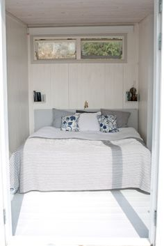 Blue and white nautical style for a small bedroom. Hygge, Interior Design Living Room, Living Room Decor, Beach Cottage Kitchens, Turbulence Deco, Tiny Cabins, Compact Living, Home Bedroom, Bedroom Nook