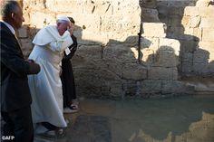 Pape François - Pope Francis - Papa Francesco - Papa Francisco – 24 mai 2014 : Jordanie, première étape de son périple en Terre sainte - En prière au bord du fleuve du Jourdain, où Jésus fut baptisé par Saint Jean-Baptiste