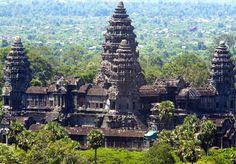 ANGKOR WAT, CAMBODIA - Angkor é a região do Cambódia que serviu como reino do império Khmer, do século 9 até o 15. As ruínas se encontram no meio de florestas e próximas ao Lago Tonle Sap. Existem mais que mil templos nesta região, e o principal é o da foto, o Angkor Wat. Viaje e descubra!