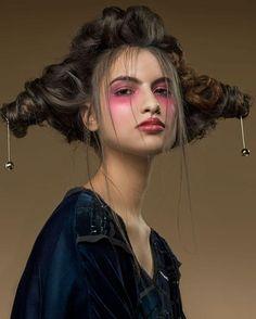 Lady Zodiac sob o signo de Libra chegando!♎️♥️Maquiagem por @K.Heliara e cabelo @Aurea_161!👏👏👏 Para a @VogueBrasil! . A balança aparece representada no penteado. No make, um look forte com pegada artsy e oitentista, que despontou nas passarelas das últimas semanas de moda internacional. Vem se inspirar para o baile da Vogue e para o carnaval com a gente! Daqui a pouco tem mais! . #promovogue #LadyZodiac #BaileVogue2017 #EscolaMadre #KetHeliara Criação da beleza @simoneBarcelos | Foto…