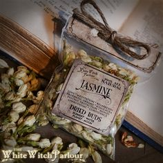 DRIED JASMINE FLOWER Magickal uses: Love, Meditation, Relaxation, Prophetic Dreams, Healing the Aura, psychic protection, money flow, confidence building or as an aphrodisiac to draw in lovers. ELEMENT: Water PLANETS: Moon CHAKRAS : 7th - Crown Chakra