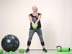 Kahvakuulalla voit tehdä koko kehoa monipuolisesti haastavia liikkeitä. Videon vinkeillä teet tehokkaan kahvakuulatreenin kotona. Katso myös kaikki muut kotijumpparin ohjevideot. Kettlebell, Sporty, Teet, Health, Youtube, Pants, Workout Ideas, Style, Fashion