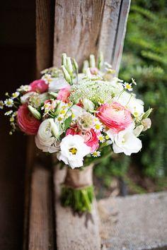 Source: The Wedding Chicks / Photo: Adele Cabanillas  Un bouquet du lundi pimpant, tout en fraîcheur pour reprendre après les vacances de Noël… Du rose, du jaune, du blanc et du vert tendre pour se motiver!  Belle semaine à vous…