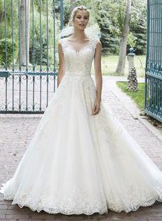 Maggie Sottero BELLISSIMA - Tieto tylové princeznovské šaty sú zhmotnením nevestinho dokonalého šťastia. Nádherná silueta umocnená priesvitným dekoltom a chrbátom, ktoré sú zdobené jemnou čipkou a Swarovski kamienkami. Romantický vzhľad ešte dodáva jemnučká stužka v oblasti pásu.