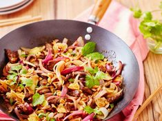 Recette Wok de bœuf oignon et cacahuète. Ingrédients (4 personnes) : 600 g de rumsteck de bœuf, 4 oignons rouge, 3 cuil. à soupe de sauce soja sucrée... - Découvrez toutes nos idées de repas et recettes sur Cuisine Actuelle Asian Noodles, Tasty, Yummy Food, Pasta Salad, Dinner, Cooking, Ethnic Recipes, Sauce, Woks