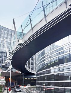 Pedestrian bridge at La Défense Valmy (Source: Dietmar Feichtinger Architectes, Paris