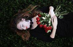 Ridgways / Woman with roses - vyšívané náušnice