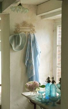 ~~~ shabby n chic decoration decor Romantic Shabby Chic, Cottage Chic, Cottage Style, Vibeke Design, Chic Bathrooms, Country Bathrooms, Turquoise, Home And Deco, Home Living