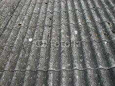 Gewellte graue Dachpappe mit Vogeldreck auf einer Garage in Wettenberg Krofdorf-Gleiberg bei Gießen in Hessen Garage, Texture, Wood, Hessen, Photo Illustration, Carport Garage, Surface Finish, Woodwind Instrument, Timber Wood