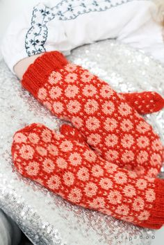 Traditional mitts p i i p a d o o: Harmaaseen aamuun Fingerless Mittens, Knit Mittens, Knitted Gloves, Beginner Knitting Patterns, Knitting Projects, Crochet Patterns, Little Cotton Rabbits, Mittens Pattern, Wrist Warmers