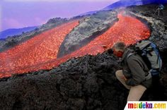 Seorang peneliti berada dekat aliran Lava dan asap Gunung Etna di Pulau Sisilia Italia selatan (14/9/2004).