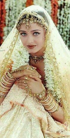 Jav Aishwarya Rai, atriz, cantora e modelo indiana. Bollywood Stars, Bollywood Fashion, Bollywood Actress, India Beauty, Asian Beauty, Moda Indiana, Indian Aesthetic, World Most Beautiful Woman, Vintage Bollywood
