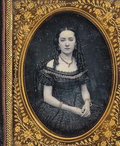 Portrait de jeune femme en robe de soirée