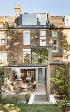 35 Nyc Townhouse Renovation Defies Convention With Drama And Simplicity - Renovating or customizing your home exactly to your specifications can be an exciting although challenging undertaking. In order to prevent some costl. House Extension Design, Extension Designs, Glass Extension, Roof Extension, House Design, Extension Ideas, Side Return Extension, London Townhouse, London House
