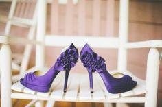 Chaussures à talon violettes.  Purple wedding shoes.