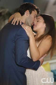 "Jane The Virgin  -- ""Chapter Nine"" -- Image JAV109C_082 -- Pictured (L-R): Justin Baldoni as Rafael and Gina Rodriguez as Jane -- Photo: Greg Gayne/The CW -- © 2014 The CW Network, LLC. All rights reserved."