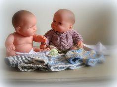 Il serait temps de t'habiller cousin :-) Je viens de terminer le pdf du pull des petits monsieurs, et du coup, comme j'ai besoin de... Knitted Dolls, Crochet, Baby Dolls, Cousin, Mini, Pull, Comme, Vestidos, Little Gentleman