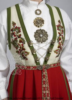 Bilderesultat for vest telemark bunad hvit Norwegian Clothing, Norwegian People, Scandinavian Embroidery, Finger Weaving, Norwegian Style, Rare Clothing, Costumes Around The World, Frozen Costume, Folk Costume