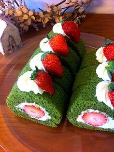 生クリームの消費期限がヤバイ うーん、何を作ろうかなぁ〜 やっぱり簡単ロールケーキかぁ〜 ひな祭りが近いから抹茶スポンジで 苺がデカ過ぎてバランス悪いんですけど〜 - 581件のもぐもぐ - 抹茶と苺のロールケーキ by Yasuko