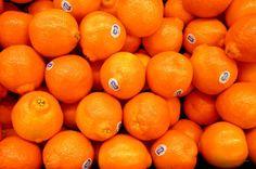 El tangelo podría ser definido directamente como una fruta híbrida. Son un cruce entre el pomelo y la mandarina. Destacan por su jugosidad y sabor dulce suave. Hay básicamente dos variedades populares de tangelos: la primero es el tangelo Minneola y la segunda variedad es el tangelo Orlando.  http://distribuidoradefrutasramon.blogspot.com/p/la-tangelo.html